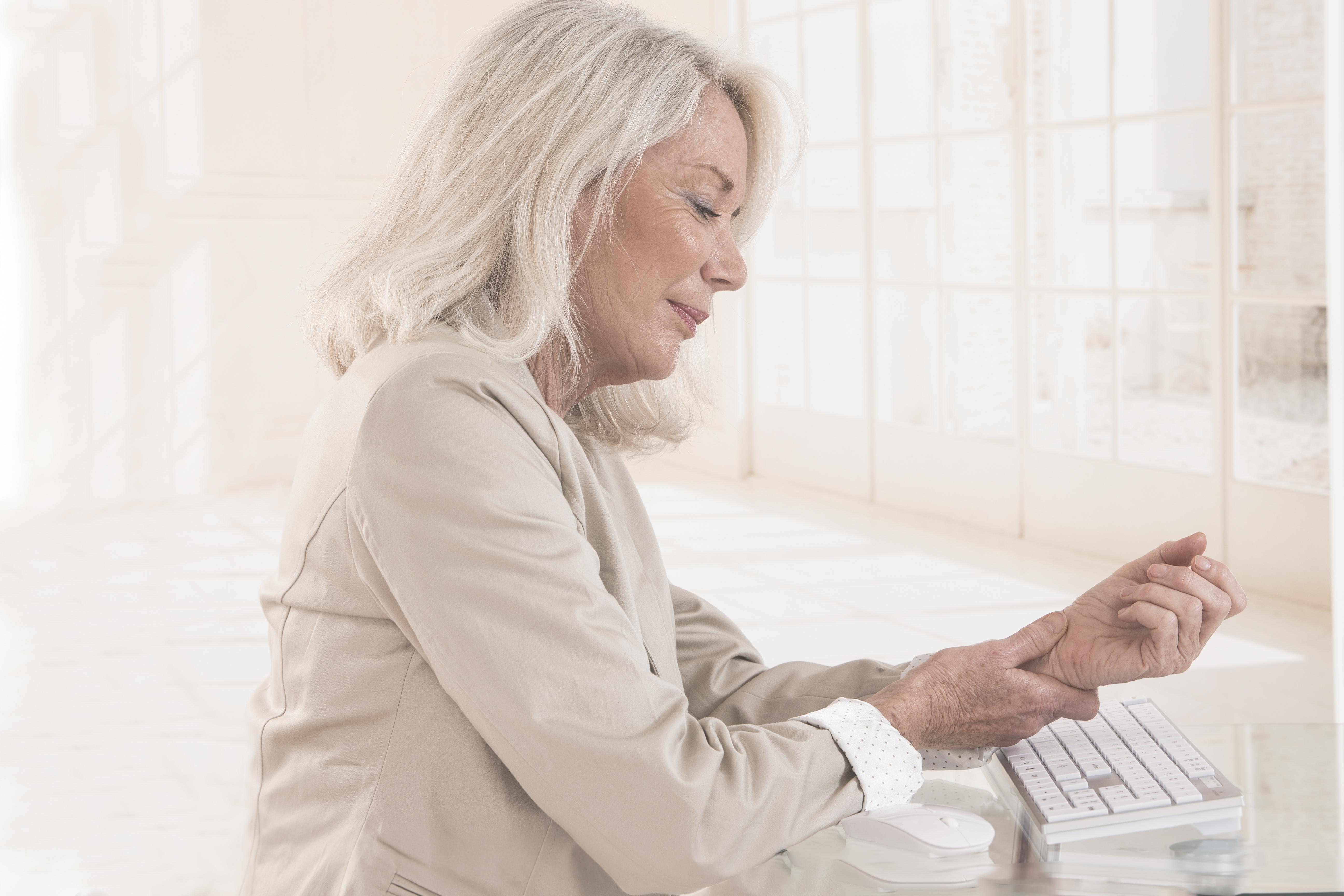Gelenkschmerzen im Alter: Was hilft wirklich? - SANAG